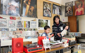 ライブイベントをPRするため展示されたレコードやポスター=瑞浪市の稲津公民館で
