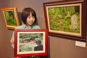 熊野古道を描いた油彩画と制作風景を紹介する写真のスライドショー=尾鷲市の県立熊野古道センターで