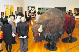 紙と漆でバイソンを表現した立体造形などの作品が並ぶ会場=高岡市中川の市美術館で