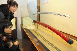 美しい大太刀の刀身と鞘をじっくり鑑賞する来館者=関市南春日町の関鍛冶伝承館で