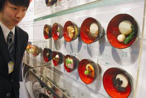 展示する全国の雑煮のレプリカ=小浜市食文化館で