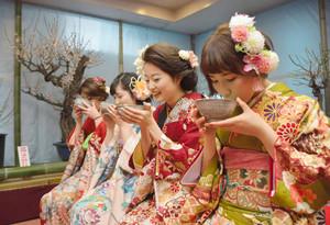 梅の香りと一緒にお茶を楽しむ新成人=安八町外善光のふれあいセンターで