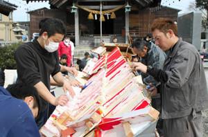 舞台の和紙を張り替える若衆ら=七尾市府中町で