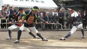 勇壮な棒の手を披露する尾張旭市棒の手保存会のメンバー=名古屋市南区で