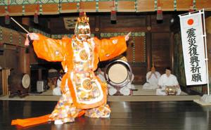 舞楽「蘭陵王」の稽古をする神職=高岡市横田町で