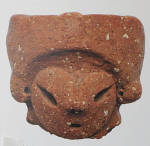 キリッとつり目の土偶(塩尻市・平出遺跡)=千曲市の県立歴史館で
