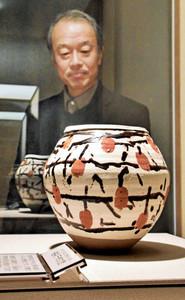 石黒宗麿の独創的な干し柿の模様が施された「釉彩干柿文壺」=射水市新湊博物館で
