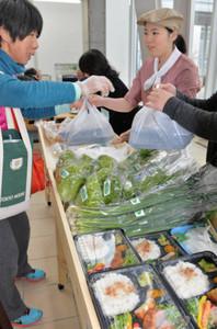 お弁当や野菜が並ぶアンテナショップ「ジョブくん」=鈴鹿市役所で