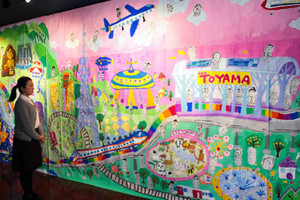 富山の名所や未来の姿が想像力豊かに描かれた壁画=富山市中央通りのギャルリ・ミレーで