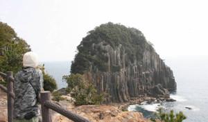海に突き出たような大岸壁の楯ケ崎