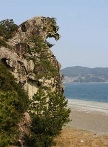 上部が海に向かってほえる獅子のように見える獅子岩=いずれも三重県熊野市で