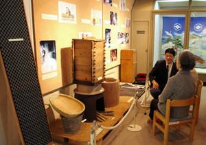 昭和の生活を紹介している企画展の会場=氷見市立博物館で
