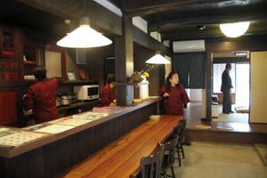 カウンター式の食堂。奥には交流スペースがあり、隣接する寺も臨める=彦根市本町3で