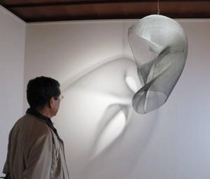 金網を照明で照らし、壁に映し出された模様を楽しむ「凹凸」=若狭町熊川の光水画廊で