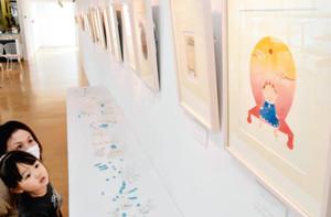 絵本のような画風で子どもたちから人気を集める玉分昭光さんの版画=射水市の大島絵本館で