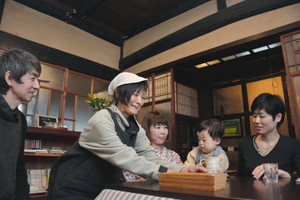 商人屋敷の風情を残す店内で、客をもてなす(左から)五百木誠さん、祥子さん夫妻=日野町大窪で