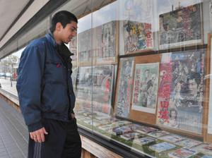 忍者に関するポスターや漫画などが並ぶギャラリー=伊賀市上野忍町で