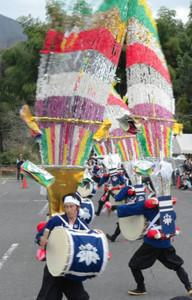勇壮な舞を見せる踊り手たち=揖斐川町谷汲徳積の谷汲山華厳寺で