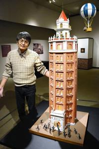 浅草にあった凌雲閣のジオラマと山本さん=伊那市信州高遠美術館で
