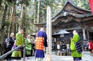 回向柱の前で御真言を唱える僧侶たち=駒ケ根市の光前寺で