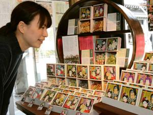 子ども歌舞伎の名所を箱の絵柄にした「黒壁小町」の曳山まつりシリーズ=長浜市元浜町で