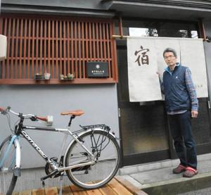 古民家をゲストハウスに改修し、15日から営業を始める浦崎周治さん=金沢市で