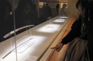 オンラインゲーム「刀剣乱舞」に登場する刀を鑑賞する女性(右)=名古屋市東区の徳川美術館で