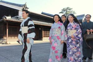 着物を着てうだつの上がる町並みを散策する台湾からの観光客たち=美濃市で