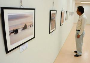 フォトコンテストの受賞作品が並ぶギャラリー=志摩市大王町波切の大王美術ギャラリーで