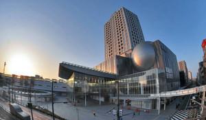 朝日が照らす中、開業を待つハピリン=福井市中央で