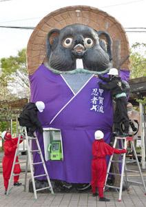 忍者に変身したタヌキのモニュメント=甲賀市信楽町で
