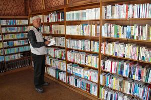 よみかき交流文庫の本を整理する清水さん=南木曽町で