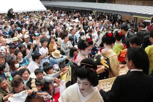 まちの駅完成を祝って行われた餅まき=小浜市白鬚のまちの駅で
