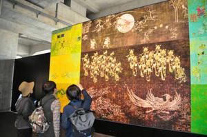 隠れた漢字 「富山市夜遊図」を眺め、隠れた漢字を探す参加者ら