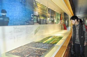 ガラスの秘密 富山のガラスの歴史を紹介する展示=いずれも富山駅で