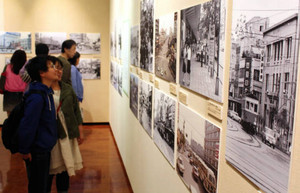 戦後を中心にJR福井駅前の街並みの変遷をたどる写真展=福井市の県立歴史博物館で