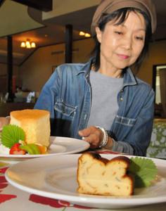 新メニューの自家製ハーブ入りチーズケーキ(手前)とシフォンケーキ=白山市女原のミントレイノで