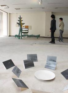 天井から落ちる水滴によって床のパネルに模様を描く作品などが並ぶ会場=金沢市野町で