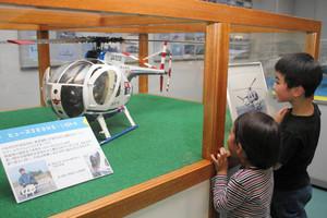 展示されている村田さん自作のヘリ模型=県航空プラザで