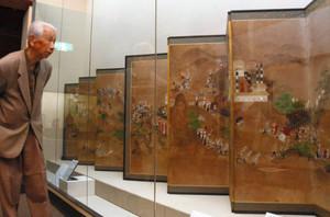7本槍の活躍ぶりなども描かれている「賤ケ岳合戦図屏風」=長浜市の長浜城歴史博物館で