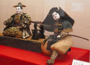 豊臣秀吉(左)と加藤清正を一組にした五月人形=長浜市の長浜城歴史博物館で
