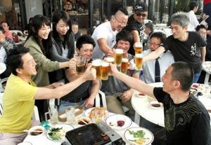 始まったビアガーデンで乾杯する人たち=岐阜市のグランヴェール岐山で