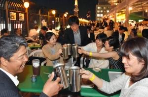 ビールを楽しむ人たち=名古屋・栄の中日ビルで