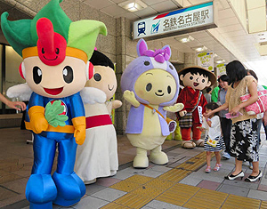 道行く人へのPR合戦を繰り広げるゆるキャラたち=名古屋・名駅の名鉄百貨店前で