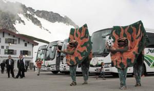 山開き祭で、来場者に披露された獅子舞=高山市丹生川町の畳平駐車場で