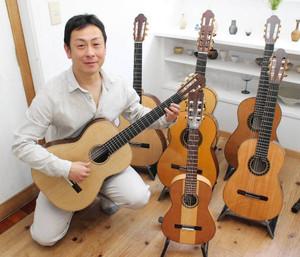 「美術的な視点でギターをみてもらえれば」と話す近信濃さん=金沢市辰巳町で