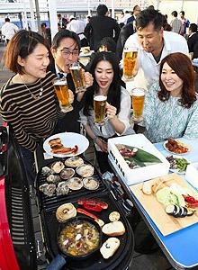 「ウィ~!知多プレミアムBBQガーデン」の内覧会で食事を楽しむ人たち=名古屋・名駅の名鉄グランドホテルで