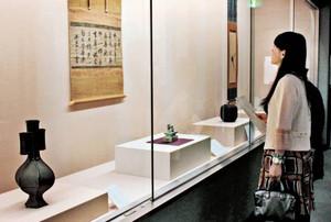 日本や中国で作られた歴史ある茶道具を紹介する会場=富山市佐藤記念美術館で