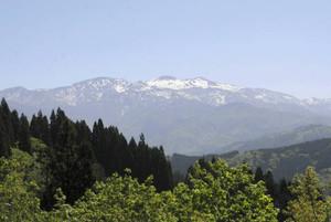 残雪をまとった白山連峰=いずれも石川県白山市白峰で