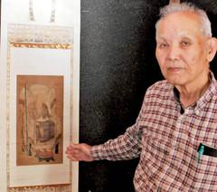 南渓和尚の肖像画を紹介する有海さん=浜松市北区で